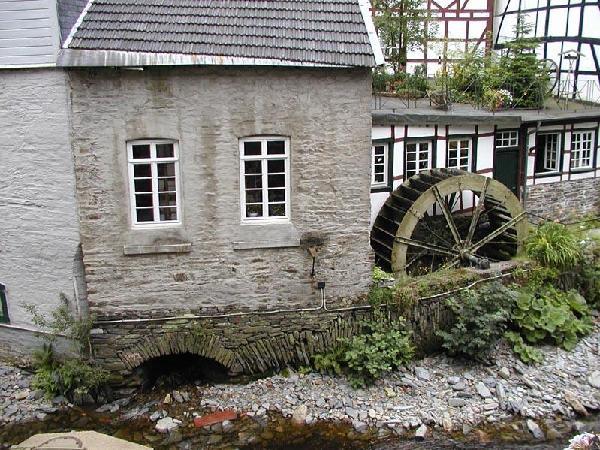 Eisernes Wasserrad aus dem Jahr 1908 am Nickelhof, älteste Feintuchproduktionsstätte in Monschau, erbaut 1765