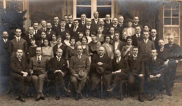 Das Reichskommissariat vor seiner Auflösung und der Ausweisung der Beamten im März 1923, vordere Reihe, 4. v.l.: Reichskommissar Hermann von Hatzfeldt-Wildenburg.