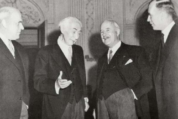Bundesprädident Theodor Heuss (2.v.l.) mit den drei Hohen Kommissaren (v.l.n.r.) John Jay McCloy, André François-Poncet und Sir Brian Hubert Robertson, 1949