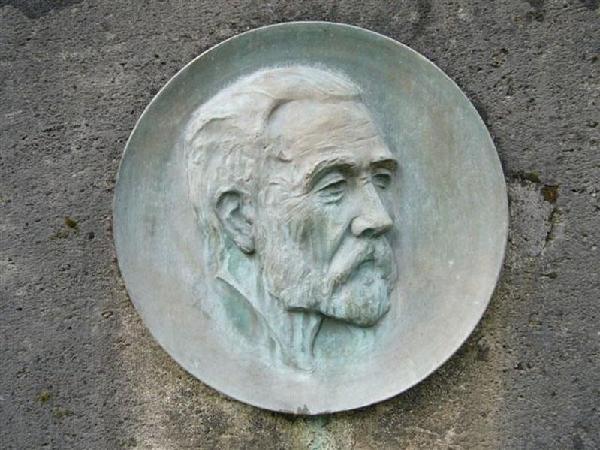 Porträt Hermann Brasserts auf dem Brassert-Denkmal am Bonner Rheinufer