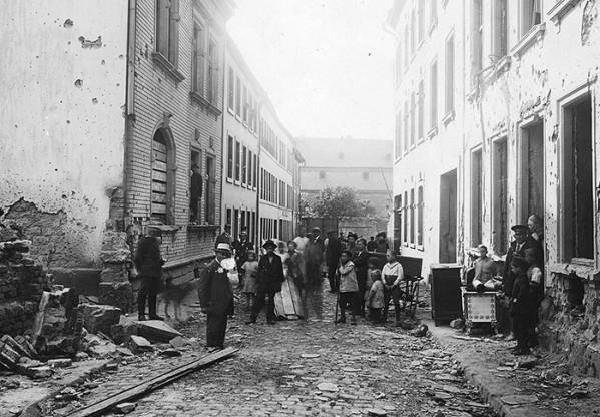 Die von einem Bombenangriff zerstörte Kuhenstraße in Trier, August 1918