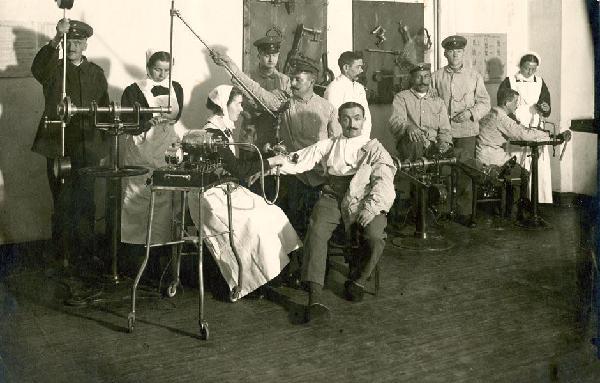 Orthopädische Geräte im Diakonielazarett während des Ersten Weltkrieges