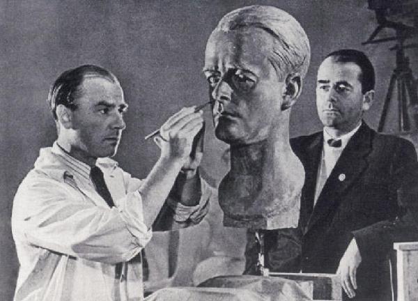 Arno Breker modelliert eine Büste von Albert Speer, 1940
