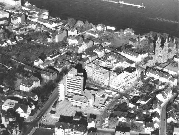 Schrägluftbild der Stadt von Südwesten mit Blick auf Ortskern und Neuem Rathaus, 1971